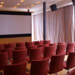 Les rideaux de la salle de cinéma Hermes se ferment