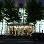 La façade de nuit du building de Kyoto Cinema