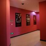 le couloir de l'ascenseur vers l'entrée du cinéma