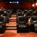 dans la salle VIP : sièges en cuir et popcorn gratuit !