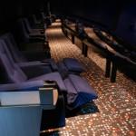 les fauteuils préférentiels du Satin Lounge au balcon de la grande salle