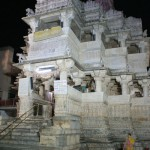 Le temple de nuit, les fidèles se réunissent