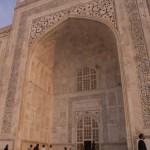 9 La porte d'entrée du Taj Mahal entourée de calligraphies