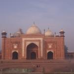 13 La mosquée face au Taj Mahal