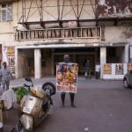 Un vendeur d'affiches face au cinéma Naaz