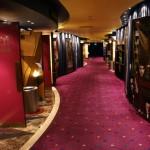 un couloir de salles