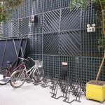 ...et même un garage à bicyclettes !