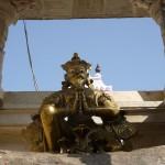 un dieu protecteur à l'entrée du temple